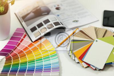 designerskie miejsce pracy - próbki kolorów farb wewnętrznych i materiałów meblowych