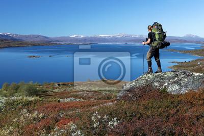 długo Hiker odległość nad jeziorem w północnej Szwecji