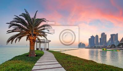 Naklejka Doha z palmą przy dramatycznym zmierzchem, Katar