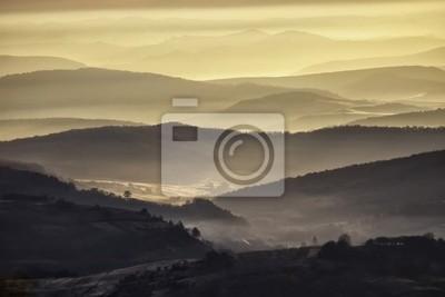Dolina w pięknej porannych z mgły i wzgórza