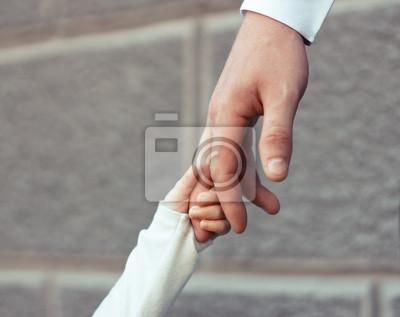 dorosłych ręka trzyma rękę dziecka