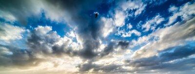 Dramatyczne niebo o zachodzie słońca