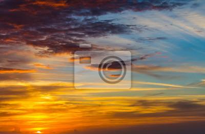 Dramatyczne niebo z chmurami o zmierzchu