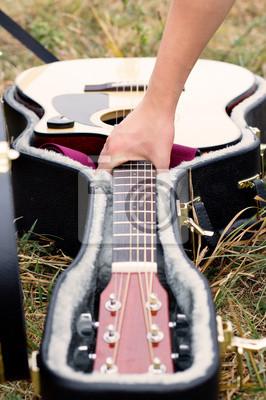 Drewniane gitara akustyczna na polu.
