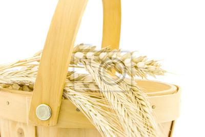 drewniany kosz z pszenicy uszy samodzielnie na białym tle