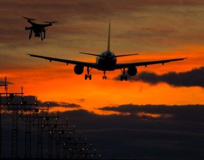 Naklejka Drone latające w pobliżu samolotu komercyjnego