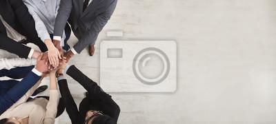 Naklejka Drużyna zlani coworkers stoi z rękami wpólnie