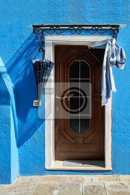 Drzwi z parasolem na błękit domu fasadzie. Włochy, Wenecja, wyspa Burano.