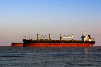 Naklejka duża cysterna w kolejce do załadunku ropy w lodowatym morzu