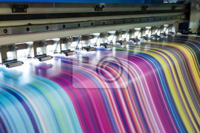 Naklejka Duża drukarka atramentowa pracująca wielokolorowo na winylowym sztandarze