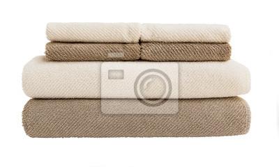 Duże i małe ręczniki w stos wyizolowanych nad białym