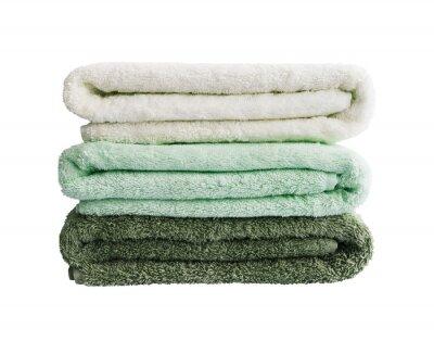 Duże zielone i białe ręczniki kąpielowe w stosie. Pojedynczo na białym tle