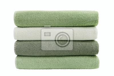 Duzi zieleni kąpielowi ręczniki w stercie odizolowywającej nad białym tłem