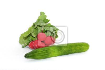 duży zielony ogórek i kilka czerwonych rzodkiewek