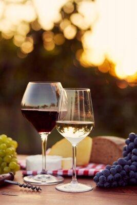 Naklejka Dwa kieliszki do białego i czerwonego wina
