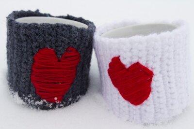 Dwa kubki z czerwonym sercem.
