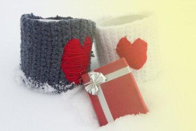Dwa kubki z czerwonym sercem, prezenty.