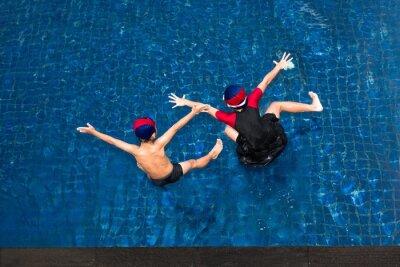 Dwie dziewczynki i chłopiec zabawy skoków do basenu. Szczęśliwy asian letni dzień dzieci.