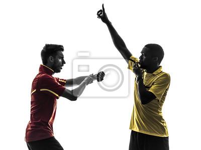 dwóch graczy piłka nożna i mężczyzn sędzia wieje sylwetkę whistlecard