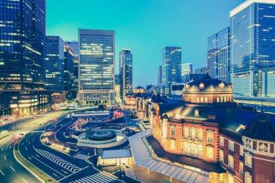 Naklejka Dworzec kolejowy w Tokio i Tokyo highrise budynku w czasie zmierzchu