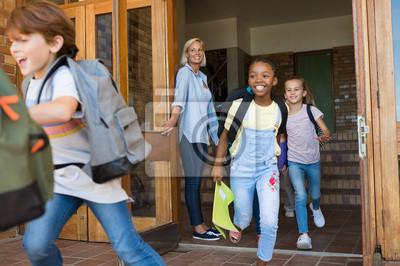 Naklejka Dzieci biegające poza szkołą