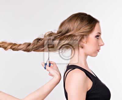 Dziewczyna cięcia długie włosy. dziewczyny stojącej w profilu