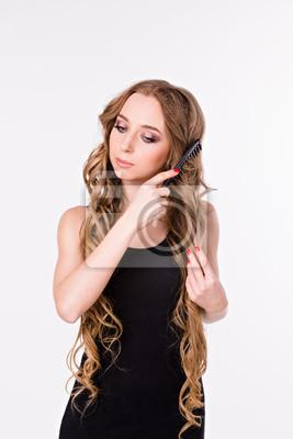 Dziewczyna czesanie włosy