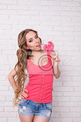 dziewczyna lizanie lizaka różowy