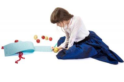 Dziewczyna pisze bardzo długi list do Mikołaja. Pojedynczo na białym tle