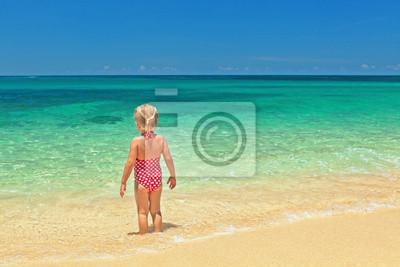 Dziewczyna stoi na beacn piasku