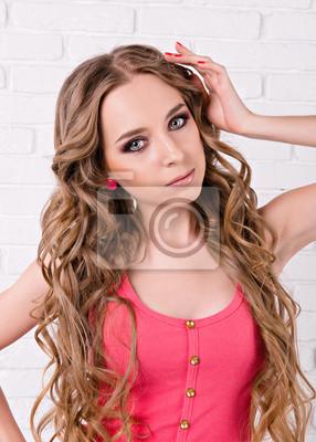 dziewczyna w szorty i T-shirt z długimi włosami