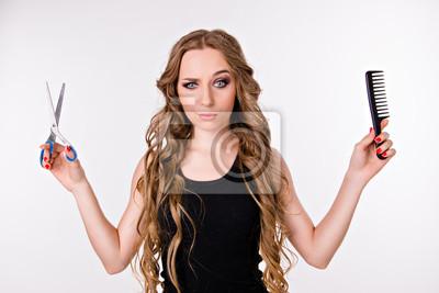 Dziewczyna wybiera nożyczek lub grzebień, długie włosy lub krótkie