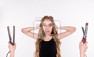 Dziewczyna wybiera się z prostymi włosami lub kręconych