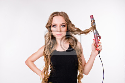dziewczyna z curling. dziewczyna w kręconych włosach wykręca