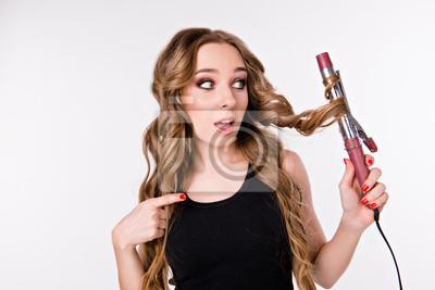 Dziewczyna z curlingu. dziewczyna w kręconych włosach wykręca