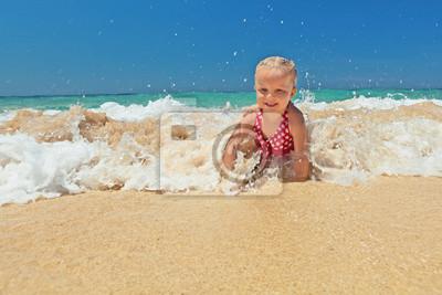 Dziewczynka w fale oceanu