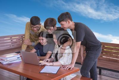 Edukacja Grupa studentów studiujących.wybierz ludzi używających komputera i tabletu. edukacji i technologii.