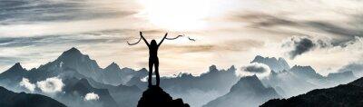 Naklejka Eine Frau sprengt ihre Ketten auf einem Gipfel