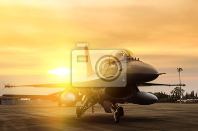 Naklejka F16 Falcon myśliwców odrzutowych zaparkowane na tle zachodu słońca