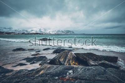 Naklejka Fala Norweski morze na skalistej plaży fjord. Ramberg plaża, Lofoten wyspy, Norwegia
