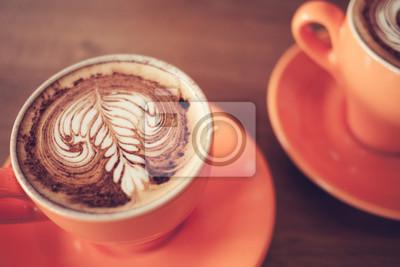 filiżanek kawy cappuccino na ciemnym brązowym tle drewna