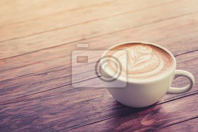 filiżanka cappuccino na ciemnobrązowego drewna w świetle poranka