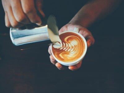Naklejka filiżanka kawy latte w kawiarni sztuki