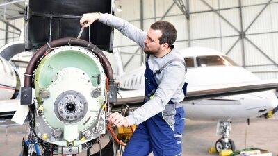 Naklejka Fluggerätemechaniker repariert Triebwerk von Flugzeug im Hangar naprawy // pracownicy silnik z samolotu w hangarze