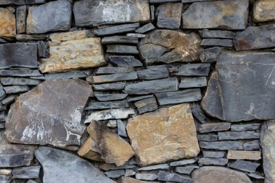 Fragment ściany wykonane z kamieni o różnych typach i kształtu