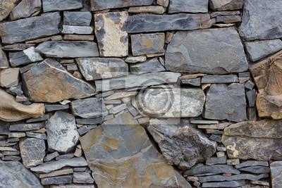 Fragment ściany wykonane z kamieni z różnych rodzajów i kształtów
