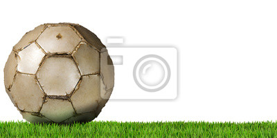 Fragment starego białe piłki nożnej (piłka nożna), samodzielnie na białym tle z zieloną trawę