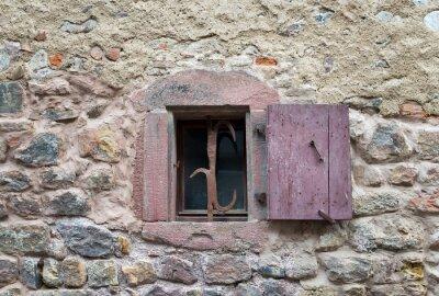 Naklejka Francuski okno z zamkniętych drewniane okiennice dawnych średniowiecznych w