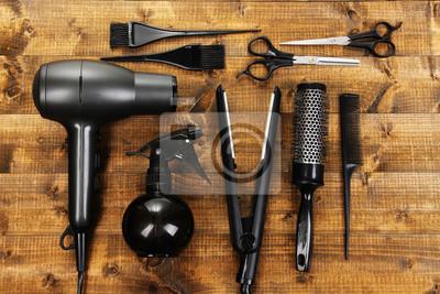 Naklejka Fryzjerstwo narzędzia na drewnianym stole bliska