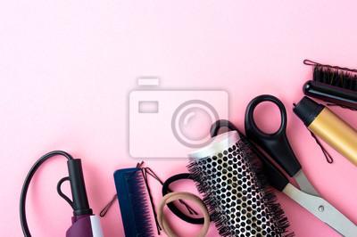 Naklejka Fryzjerstwo narzędzia na różowym tle